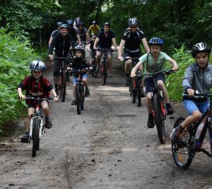Kinderen op de mountainbike clinics tijdens de zomermaanden.